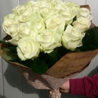 Bouquet-of-white-roses-to-Ukraine