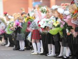 Students with flowers for the 1st day od school