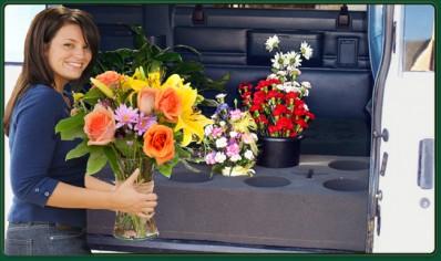Курьер развозит цветы по получателем