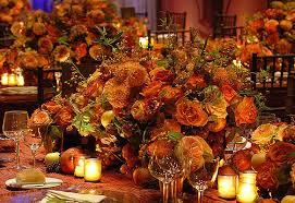 Цветочная композиция в центре праздничного стола