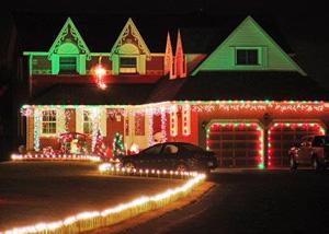 Новогодние огни украшают дворы американцев
